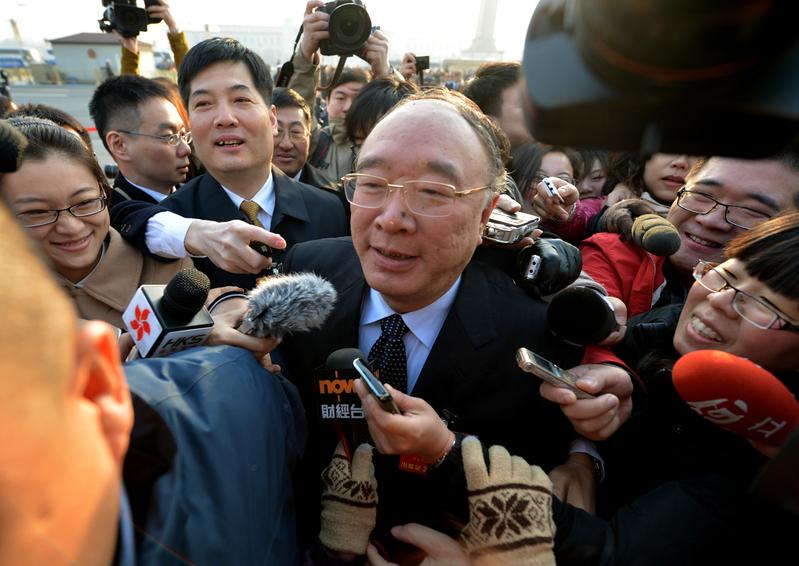 中共重慶市長黃奇帆2013年3月現身人大會議開幕式遭媒體圍堵。(Mark RALSTON/AFP)