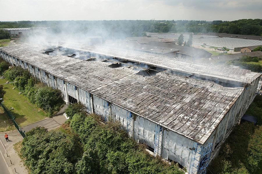 德國近年發生了多宗難民營遭縱火的事件。圖為去年6月德國杜塞道夫展會中心用於收容難民的一個展廳發生火災。(DAVID YOUNG/AFP/Getty Images)