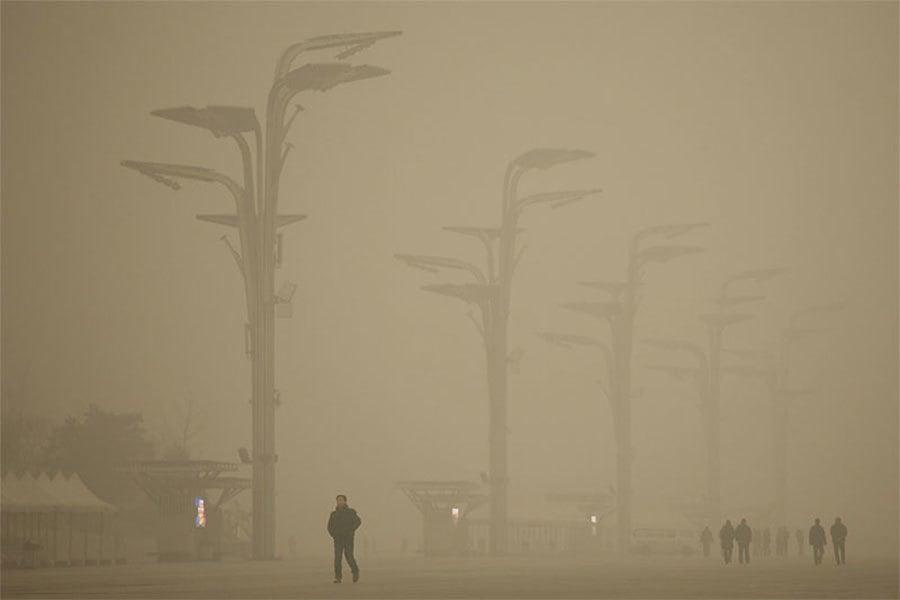 中國的九成地區都受到陰霾影響,其中以整個華北地區受災最為嚴重,陰霾中能見度低於500米,一些陰霾嚴重地區甚至出現能見度低於50米的特強陰霾。(Getty Images)