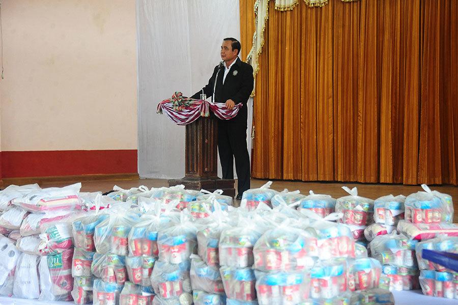 泰國總理巴育(Prayuth Chan-ocha)1月6日前往那拉提瓦府(Narathiwat)探訪受影響災民。連續數日的暴雨已經導致泰國南部的9省發生洪災,超過12萬戶居民受影響,數千旅客滯留。(MADAREE TOHLALA/AFP/Getty Images)