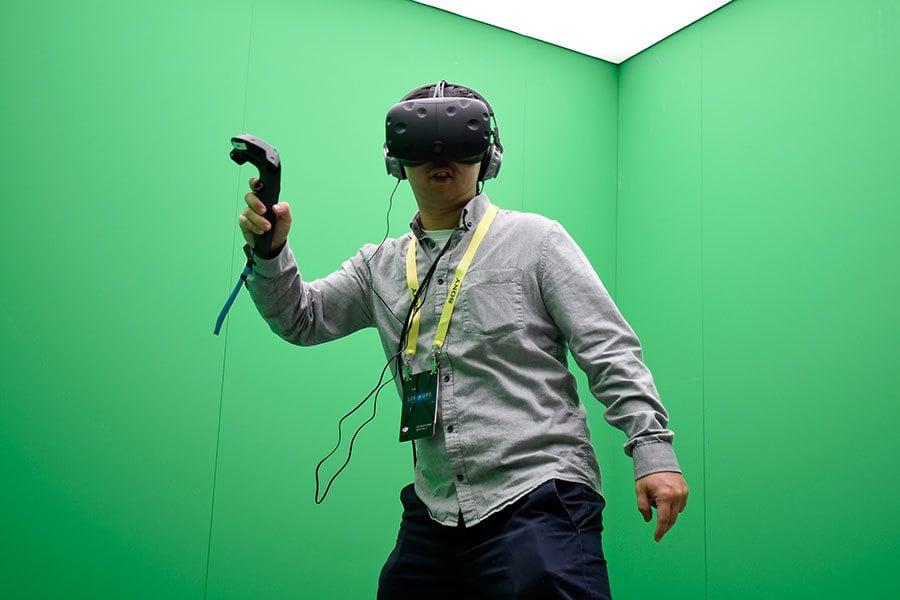 2017年美國消費性科技展將於1月5日至8日在拉斯維加斯會議中心為超過3800家參展商提供平台,向超過16.5萬的與會者展示其最新科技產品。 圖為與會者在體驗頭戴VR實景裝置。(David Becker/Getty Images)