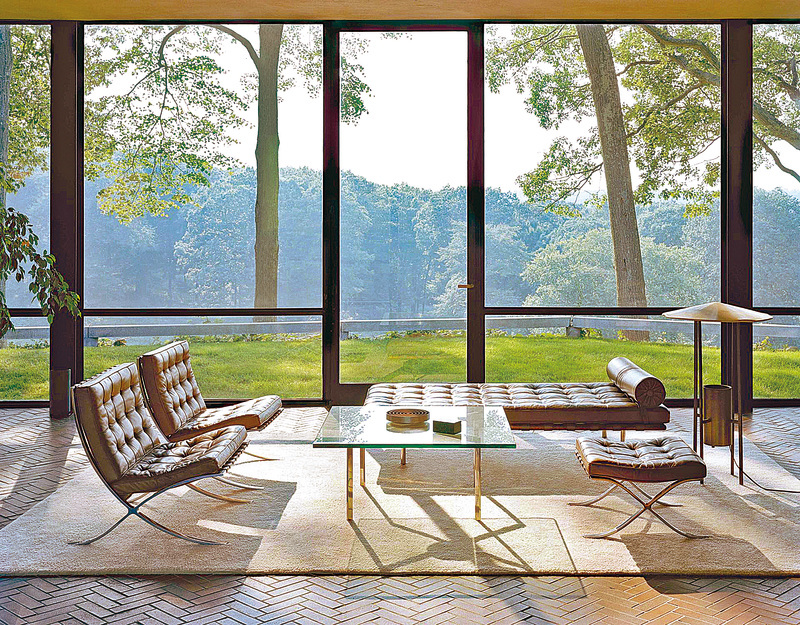 Philip Johnson位於美國康涅狄格州的玻璃屋內使用一系列的巴塞隆納椅。(dnarchitecture)