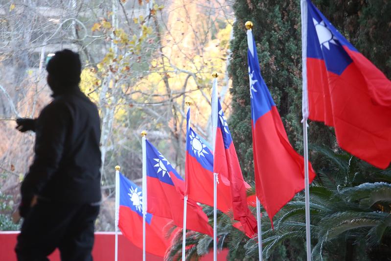 中華民國總統蔡英文搭乘長榮777專機,展開9天8夜的「英捷專案」,並在1月7日(當地時間)過境美國侯斯頓,蔡總統下榻的酒店可見到中華民國國旗飄揚。(中央社)