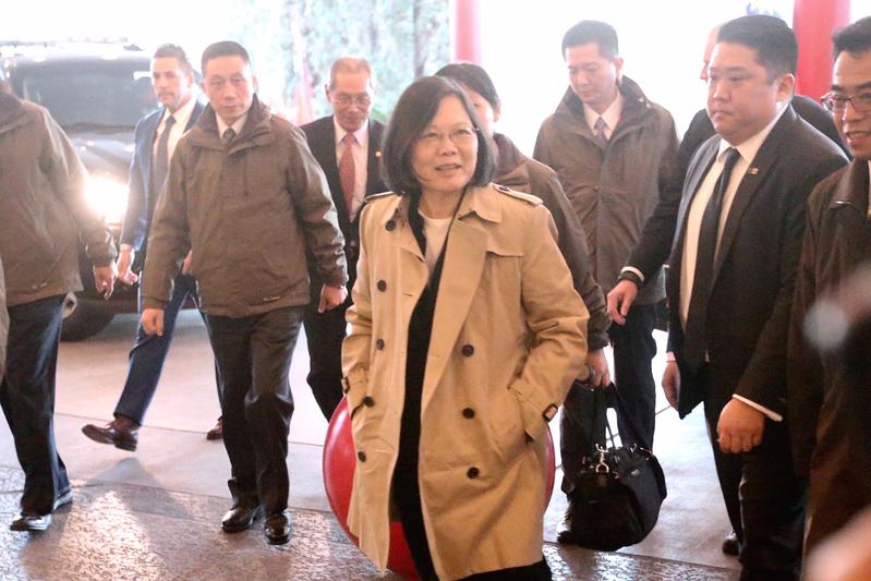 中華民國總統蔡英文(前中)搭乘長榮777專機,展開9天8夜的「英捷專案」,並在1月7日(當地時間)過境美國侯斯頓。蔡英文在結束參訪行程後,返回下榻的酒店。(中央社)