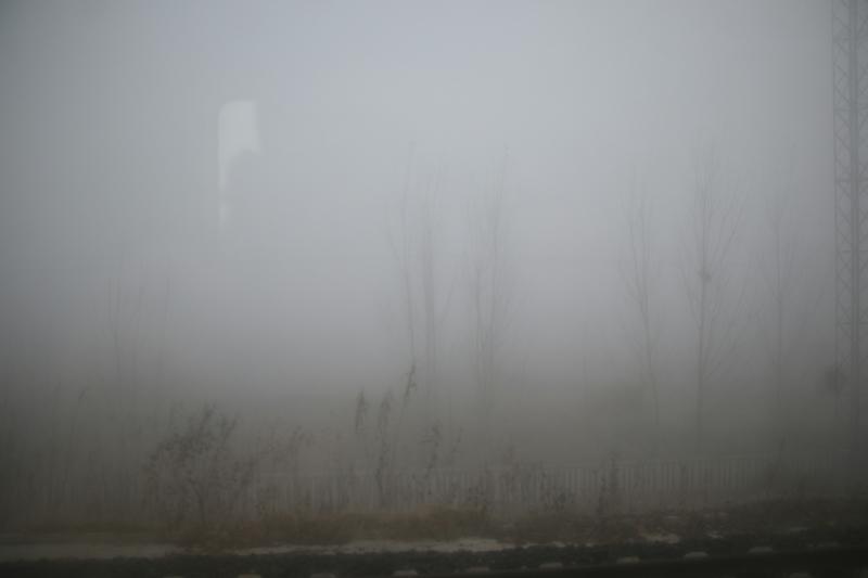 大陸多個城市籠罩在重度陰霾之下,有些地區能見度甚至為零。圖為1月6日,山東的濱州火車站。(大紀元資料室)