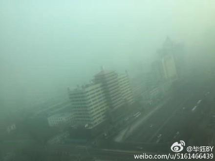 去年12月入冬以來,北京持續陰霾污染,時間之長破歷史紀錄。近日,就長時間陰霾怎麼辦的問題,北京代市長蔡奇公開回應。圖為新年陰霾下的北京。(網絡圖片)