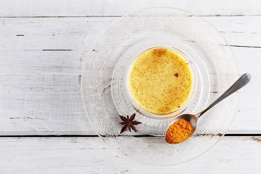 這款金燦燦的薑黃茶,肯定可以幫助你排出毒素、消炎復健。(Yulia von Eisenstein/Shutterstock)