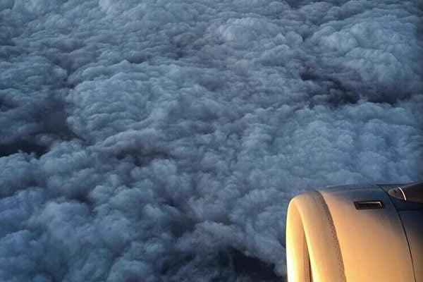 去年大陸網民上載的一張圖片顯示,在飛機上航拍穿越紅色預警重污染中的北京陰霾層。該圖片此前曾引發網民熱議,有評論形容:「雲層之下,恍如地獄」。(網絡圖片)