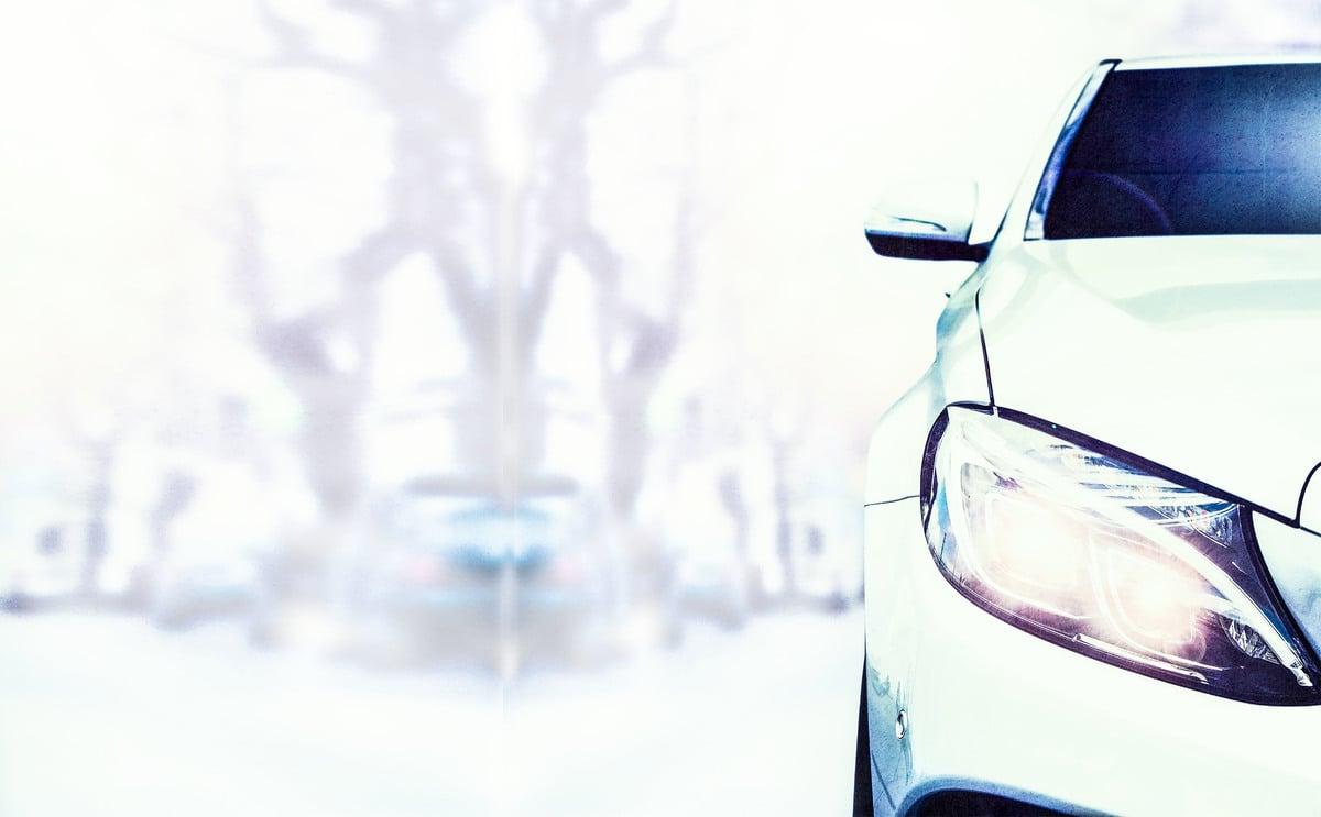 氙氣大燈更加明亮閃耀,在垂降的濃霧中切割出無數亮白三角光影,車身彷彿因不耐煩的喇叭聲而增添動力,突然暴衝。