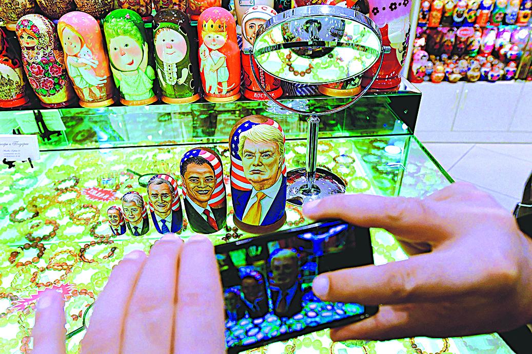 特朗普質疑奧巴馬政府指控俄羅斯網攻DNC證據不足。圖為美國總統(右起)特朗普、奧巴馬、小布殊、克林頓和老布殊的俄羅斯套娃玩偶。(AFP)