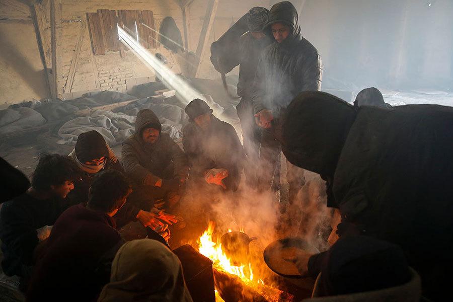 塞爾維亞首都貝爾格萊德,難民生火取暖。(Getty Image)
