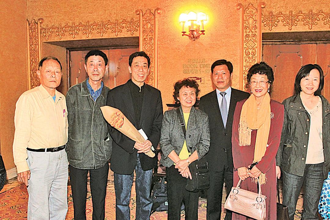 關貴敏先生(左三)的華人歌迷們守候劇院門前,特地為關先生送上鮮花,祝 賀演出圓滿成功。( 大紀元資料室)