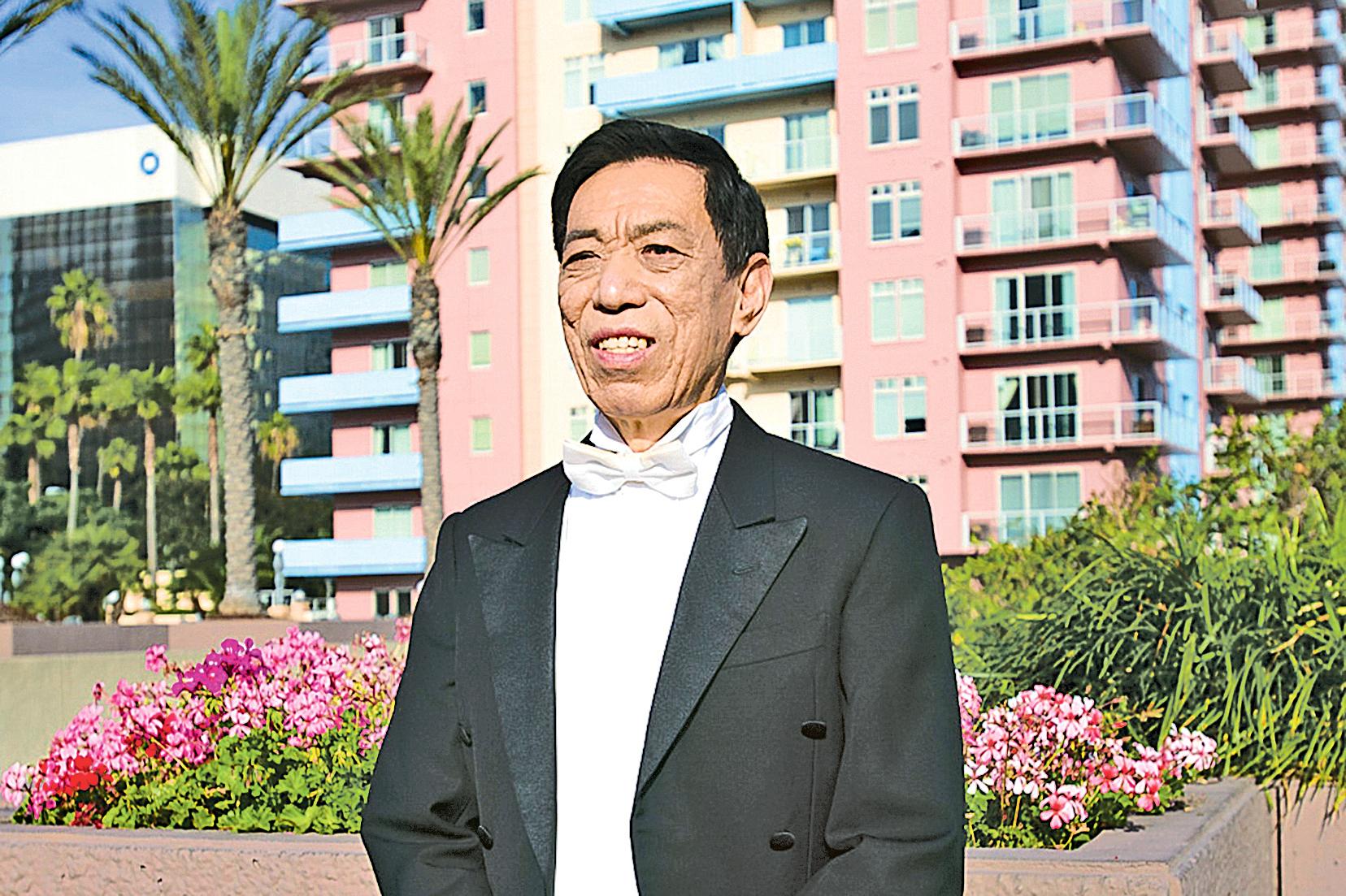 關貴敏今年73歲,是中國著名的男高音歌唱家。他說,自從改用神韻總導演教的這種美聲唱法後,聲音聽起來仍然很年輕,高音不亞於當年。(大紀元資料室)
