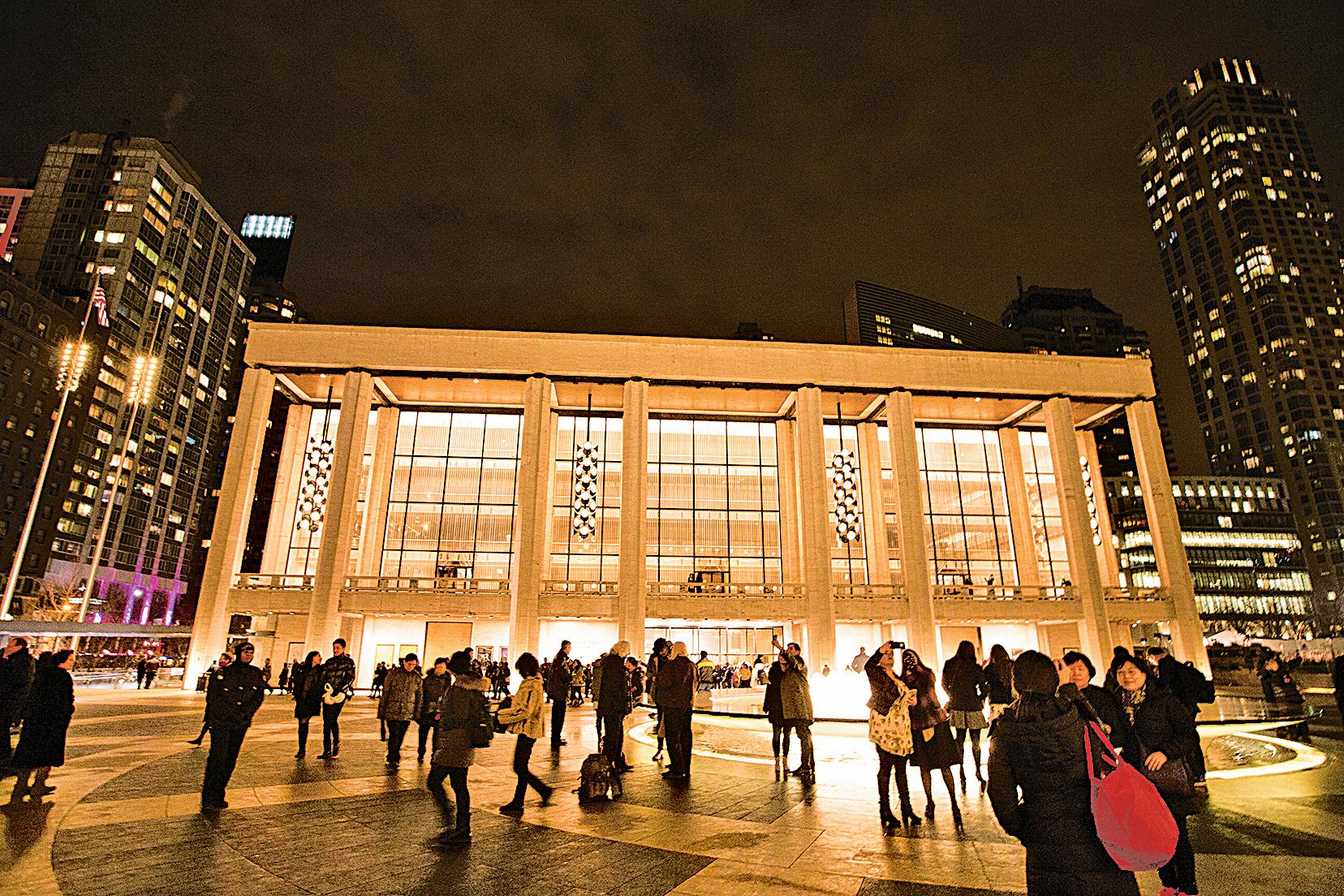 2016年1月14日,神韻紐約藝術團在林肯中心大衛寇克劇院舉行首演。圖為演出開始前,在劇院外拍照,等待入場的人群。(大紀元資料室)