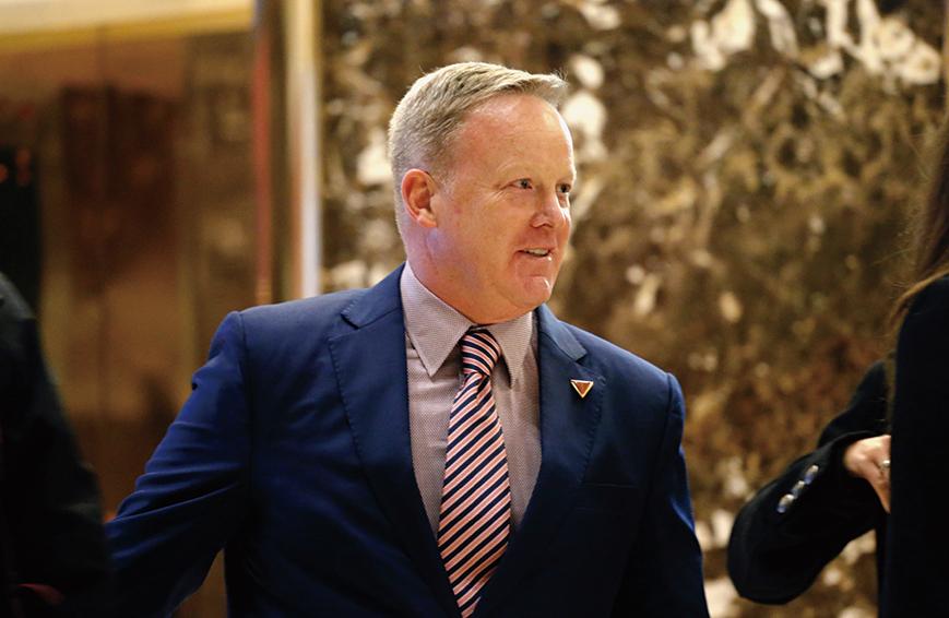 準白宮發言人斯派塞在特朗普大廈結束會議後,準備離開。(AFP)