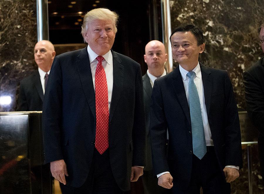 美國侯任總統特朗普1月9日在紐約特朗普大廈會見了阿里巴巴集團創辦人兼執行董事馬雲。(Drew Angerer/Getty Images)