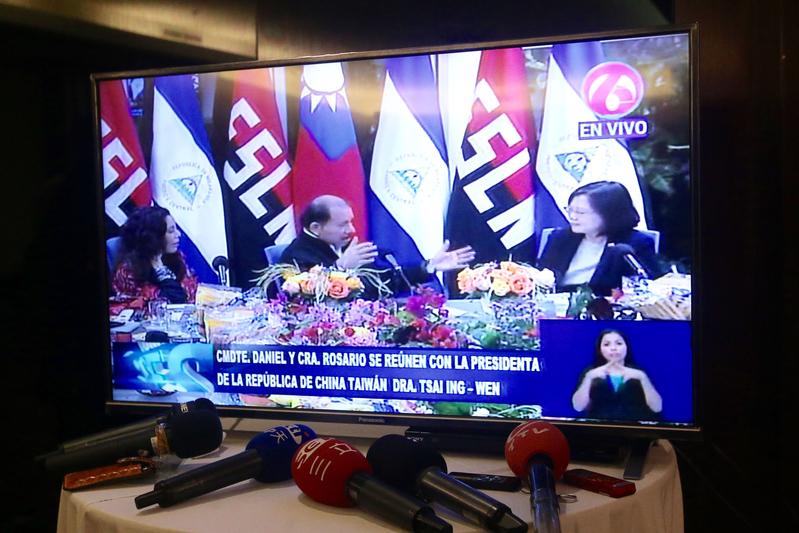 蔡英文(右)9日(當地時間)抵達尼加拉瓜,晚間與尼國總統奧蒂嘉(中)、副總統穆麗優(Rosario Murillo)會面,但台灣隨行採訪團卻是在飯店新聞中心看電視才知道,電視台記者紛紛翻拍電視直播畫面。(中央社)