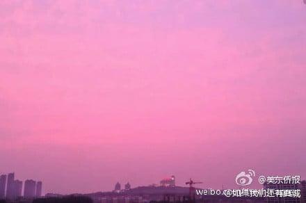 江西德興香屯街道出現了粉紅色天空。(網絡圖片)