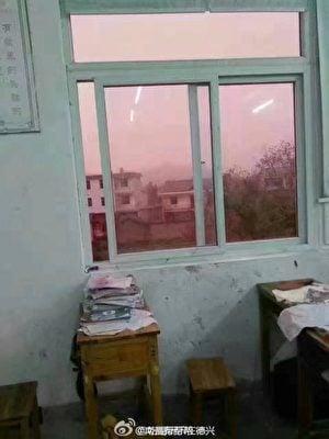老師在教室裏拍下的粉色天空照片。(網絡圖片)