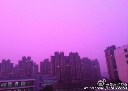 陰霾污染致使南京出現紫色天空。(網絡圖片)