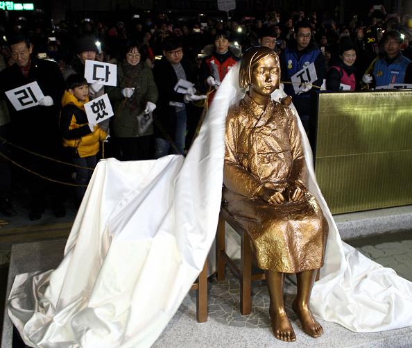 日韓關係因慰安婦塑像事件出現緊張。日本政府於9日臨時召回了駐韓大使長嶺安政和駐釜山總領事森本康敬,目前2人的歸期未定。圖為在南韓釜山的日本總領事館前,設置的象徵慰安婦的少女塑像。(Getty Images)