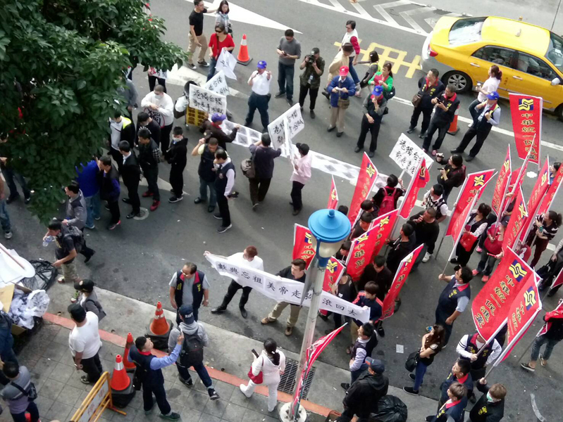 香港三名泛民派議員及香港眾志秘書長黃之鋒等人1月7日在台北出席與時代力量的講座,會場外聚集愛國同心會、中華統一促進黨號召的群眾鬧事。(中央社)