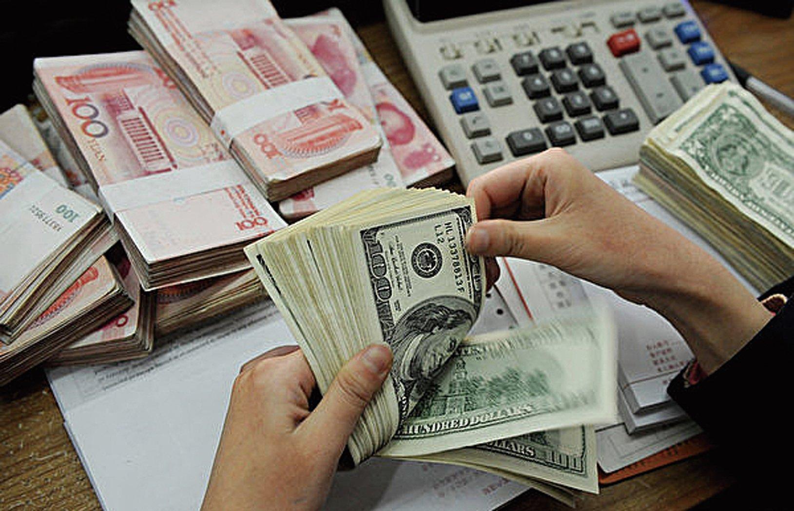 離岸和在岸人民幣兌美元匯率4日突然暴漲,5日漲勢持續,6日又大跌回吐前兩日漲幅。(STR/AFP/Getty Images)