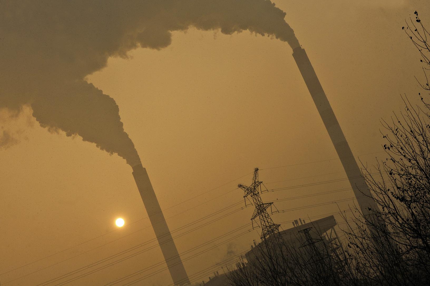 山西省臨汾市被認為是全球空氣污染最嚴重城市之一,其郊區煤電廠的窒息煙塵覆蓋了臨汾。近日,臨汾當地陰霾中二氧化硫濃度逾千,幾度超過倫敦當年的毒氣含量。(Getty Images)