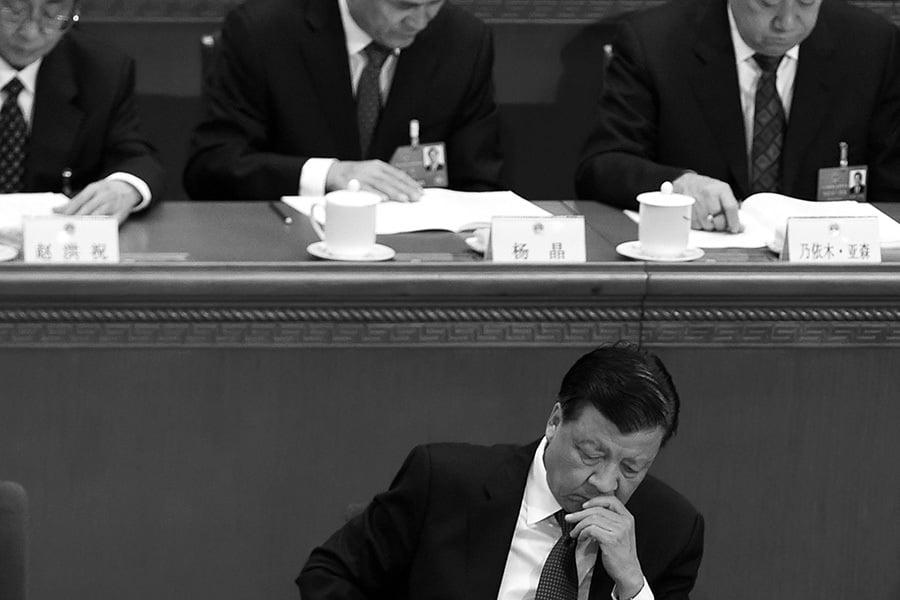 多方消息指,2015年大陸A股股災,是江澤民集團針對習近平的一場「經濟政變」,而劉雲山父子是其中的操盤手。(WANG ZHAO/AFP/Getty Images)