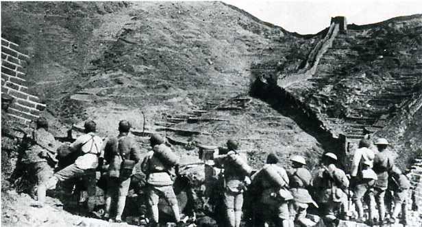 1933年3月,日軍繼續向河北、熱河兩省長城各口侵犯。中國軍隊第二十九軍及駐守長城沿線其它軍隊,給日軍以迎頭痛擊。圖為防守在長城羅文峪的第二十九軍。(網絡圖片)