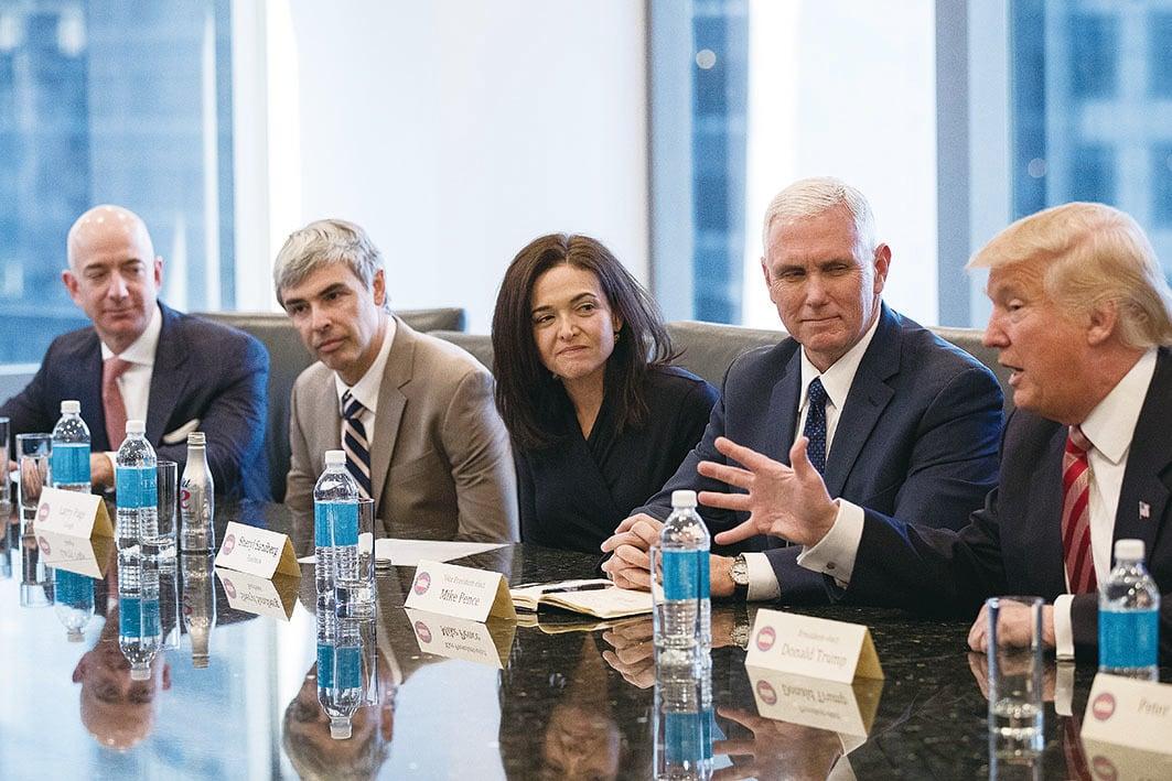 雪莉(中)於2016年12月在紐約參加一個IT巨頭會議。出席者有亞馬遜CEO Jeff Bezos(左一)、Google母公司Alphabet CEO Larry Page(左二)、以及美國候任副總統彭斯(右二)和美國候任總統特朗普(右一)。