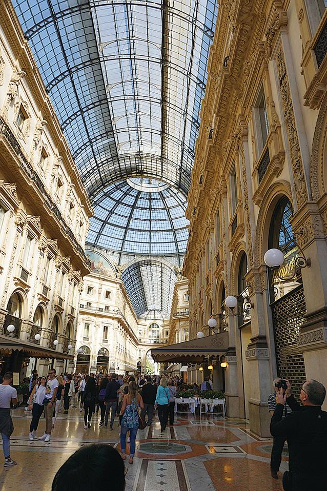 埃馬努爾二世長廊是米蘭最繁華的精品商業街,高達47米的天棚均為不懼風雨的玻璃,據說這裏的連拱廊是1877年完成的。牆上壁畫眾多,地上舖的是大理石,以彩色的圖案裝飾。(野上浩史/大紀元)