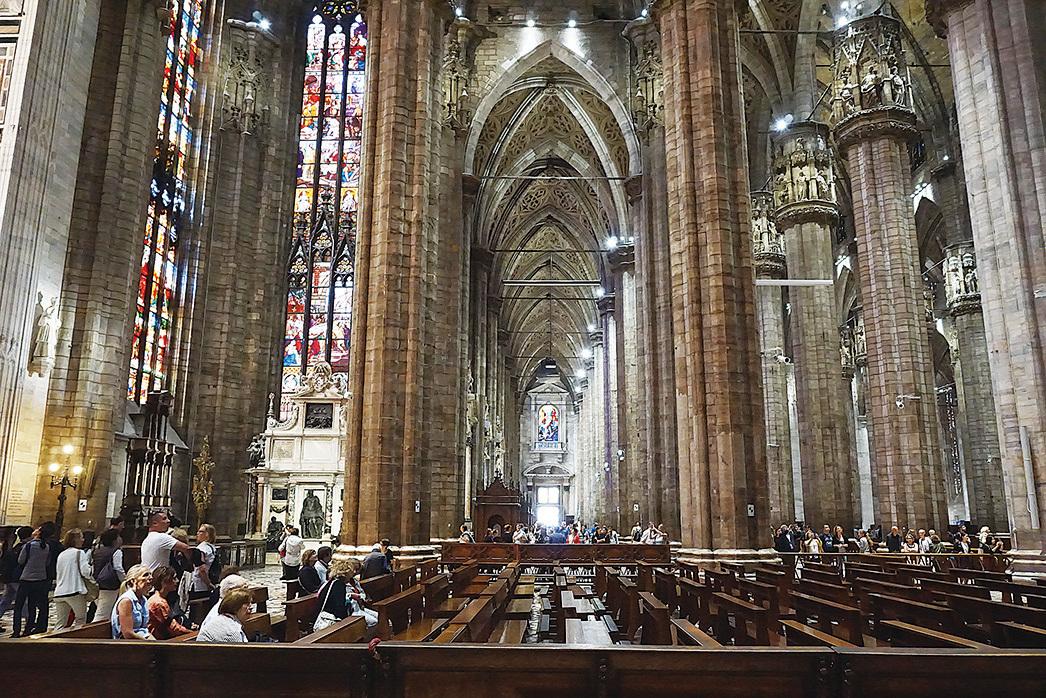 1386年開始建造、跨越500年才完成的米蘭大教堂,宏偉壯觀,高聳如雲,尖塔成林,蔚為壯觀。教堂由大理石建成,內部根根巨大的石柱,高高向上的拱形天頂,令人猶如身處天宮。(野上浩史/大紀元)