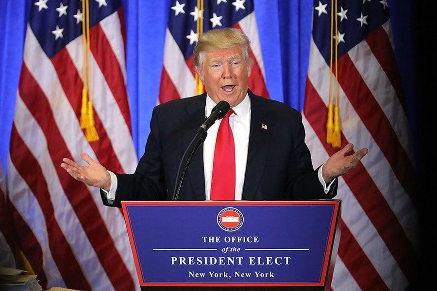 特朗普於周三(1月11日)自勝選後首次舉行正式記者會。會上,特朗普就他與特朗普集團的關係、俄羅斯問題、奧巴馬健保、墨西哥建隔離牆等問題進行了解答。(Spencer Platt/Getty Images)