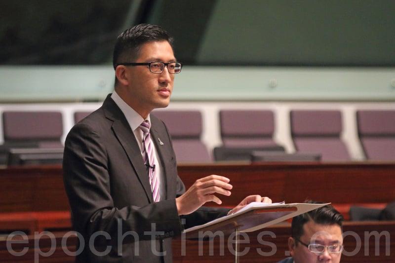 林卓廷質疑當局迴避梁振英在UGL事件中,沒有申報的問題,批評做法摧毀香港的廉潔文化。(蔡雯文/大紀元)