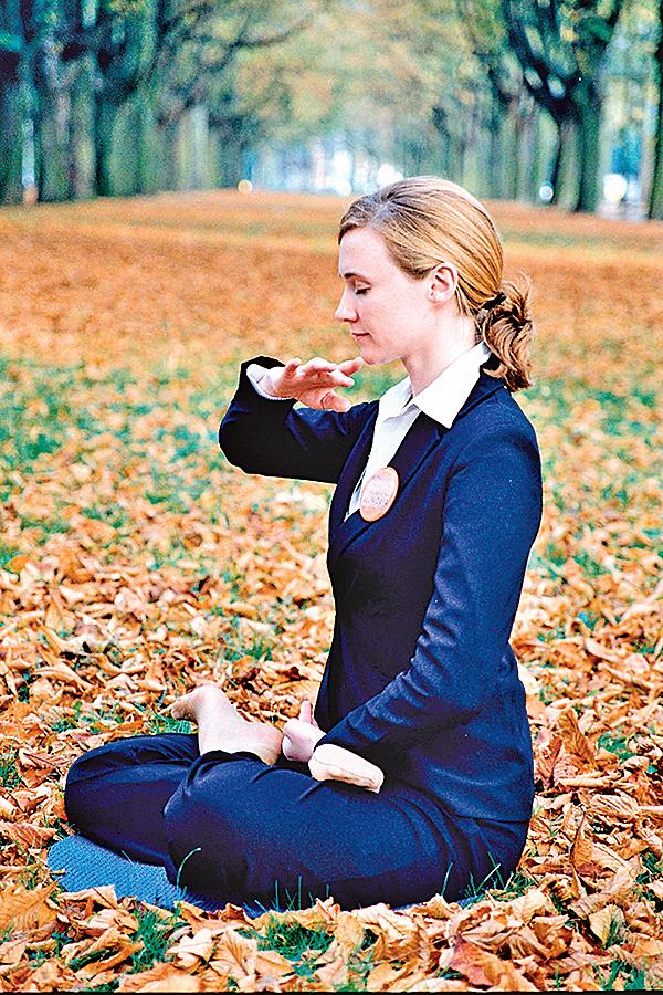 法輪功是性命雙修的佛家修煉大法,既要修心又要煉功。煉功部份包括五套功法, 右圖:為第五套功法——神通加持法。(明慧網)