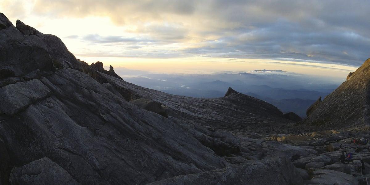 攀山時經過淒冷的生境,僅有生命特別強韌的草生植物,努力從岩縫中成長,謙卑、不強出頭,如此才能與巍峨的神山共存共榮!(維基百科)