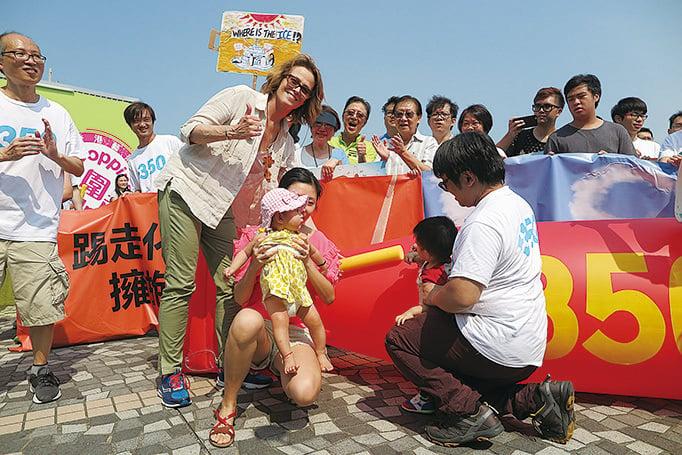 荷里活影星薛歌妮韋花(前排左二)參加「350香港」要求減碳遊行,支持可再生能源取代化學燃料。(350香港提供)