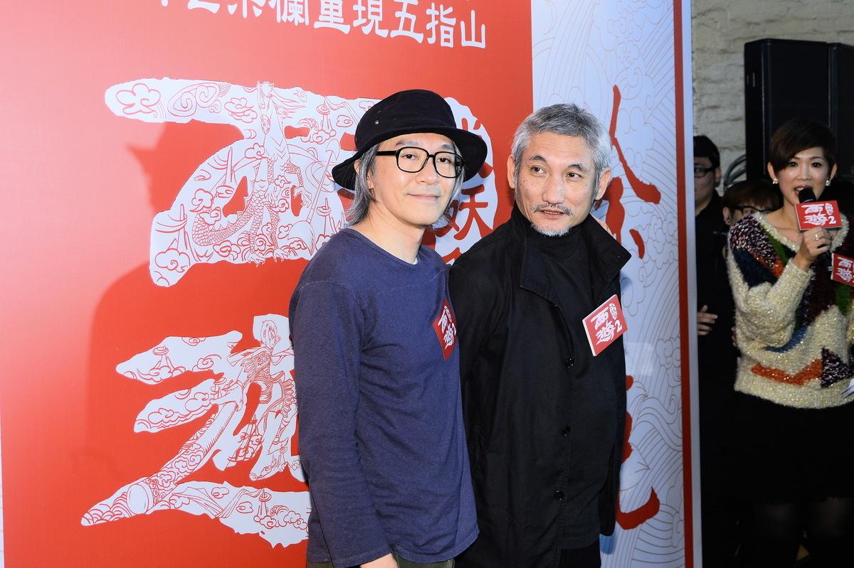 1月12日,周星馳(左)與徐克等現身香港油麻地果欄宣傳賀歲片《西遊記伏妖篇》。(宋祥龍/大紀元)