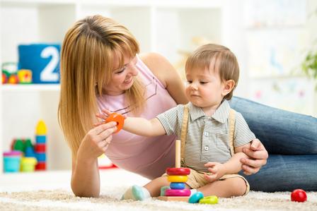 可愛的母親和孩子在家室內一起玩(fotolia)