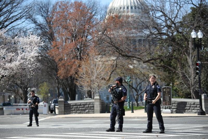 特朗普下周就職典禮在職,為防貨車襲擊,當局安保部門正在採取各種障礙物防止此類襲擊事件的發生。圖為美國國會大廈附近正在執行公務的警察。(Win McNamee/Getty Images)