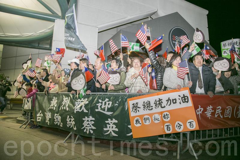 近400當地僑胞冒著低溫來歡迎蔡英文總統過境。(曹景哲/大紀元)