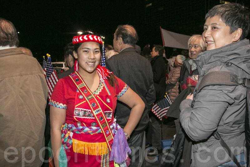 北加州台灣同鄉會的江詩怡(右)和穿著阿美族服裝的女兒陳敏而來歡迎蔡英文總統過境。(李霖昭/大紀元)