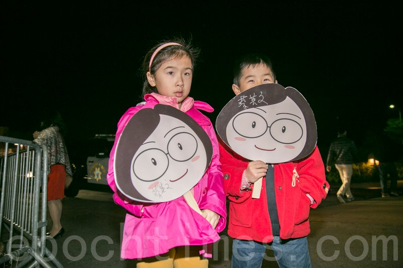 獲得蔡英文總統簽名的兩個小朋友。(曹景哲/大紀元)