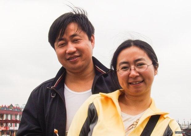 維權律師謝陽的妻子陳桂秋表示:「當時參與拍片,就是希望更多的人來幫助我。特別是家族的親人,希望他們能加入到這種抗爭中來,不要放棄。如果我們甚麼也不做,被動的接受,那只有挨打的份啦⋯⋯」。圖為謝陽和陳桂秋的合影。(網絡圖片)