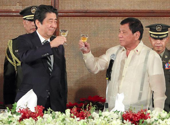 從1月12日開始,日本首相安倍晉三開始了對亞太周邊國家進行外交訪問。12日抵達外訪首站的菲律賓,與菲律賓總統杜特爾特舉行了會談。(Getty Images)