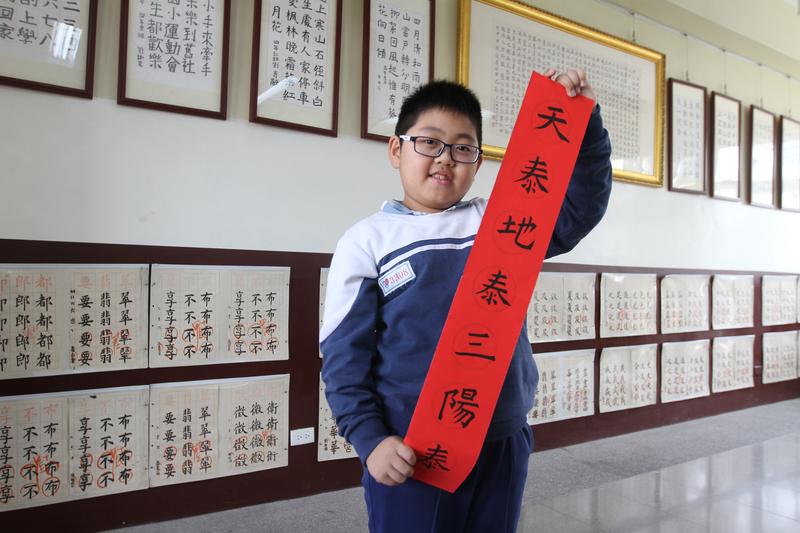 就讀台灣彰化社頭鄉舊社國小三年級的柳宇祐,他的書法作品被貼在Facebook上的粉絲團,光1天就吸引超過3萬人上網讚好熱傳。柳宇祐自己也曾參加過書法比賽拿過名次,但父母親都不是書法專家。(讀者提供)