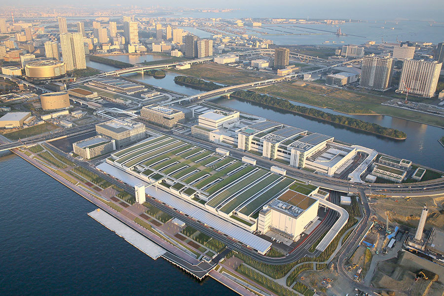 位於東京都中央區的日本築地水產批發市場,將搬遷到江東區的豐洲市場(圖),但豐洲市場地下水最終監測顯示有毒物質苯超標,使這項充滿爭議的搬遷案延宕,也對東京主辦2020年奧運造成影響。(共同社提供)