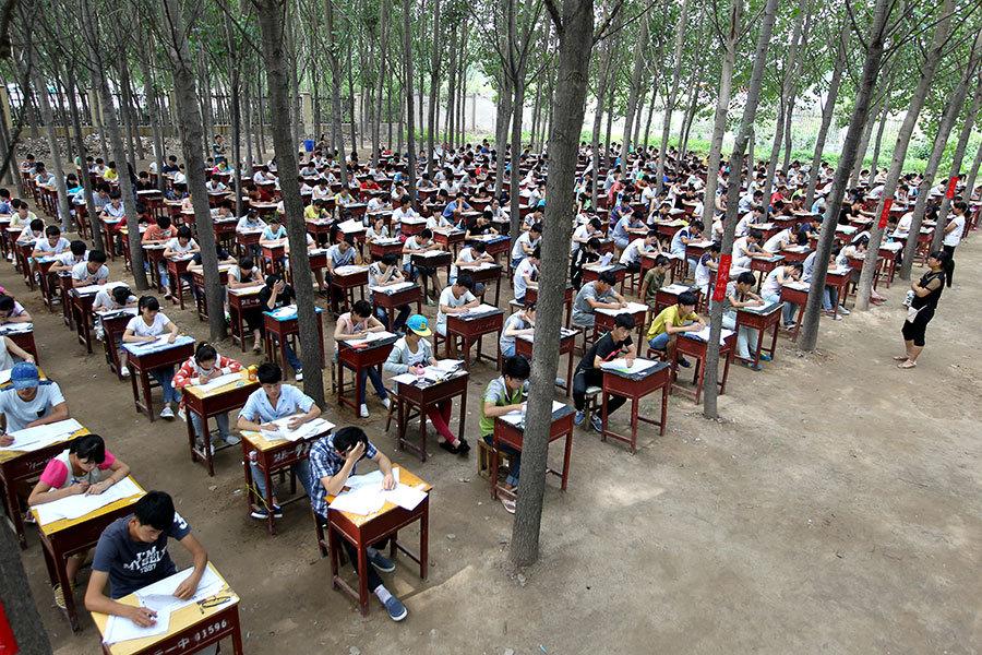 近日,關於大陸小孩的家庭作業家長該不該簽字的問題,引發家長熱議,有家長困惑:「到底是誰上學?」(VCG/VCG via Getty Images)