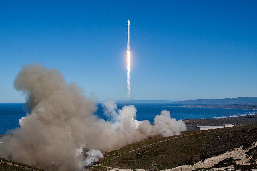 美國太空探索科技公司(SpaceX)14日成功發射並回收「獵鷹9號」火箭。(AFP PHOTO/SPACEX)